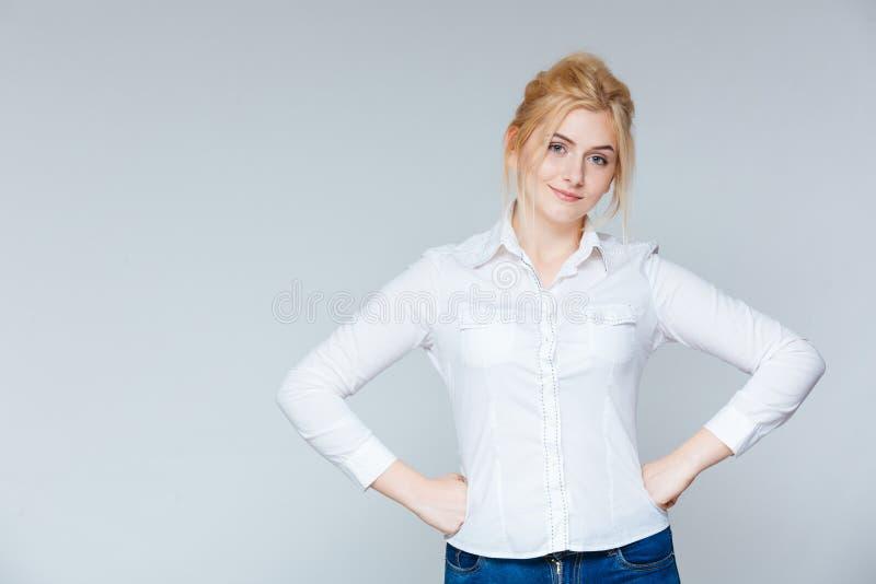 Stående av den härliga säkra unga kvinnan i den vita skjortan royaltyfri foto
