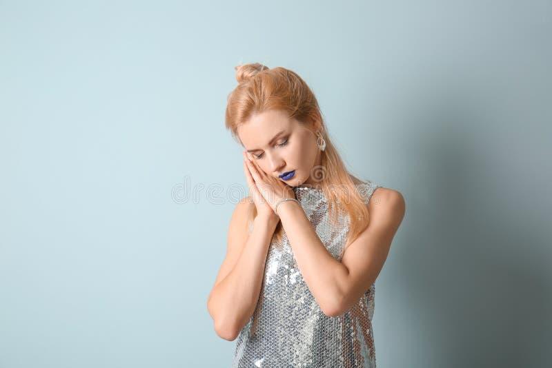 Stående av den härliga sömniga kvinnan med ovanlig läppstift på färgbakgrund fotografering för bildbyråer