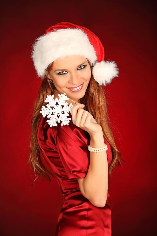 Stående av den härliga sexiga flickan som bär Santa Claus kläder arkivfoto