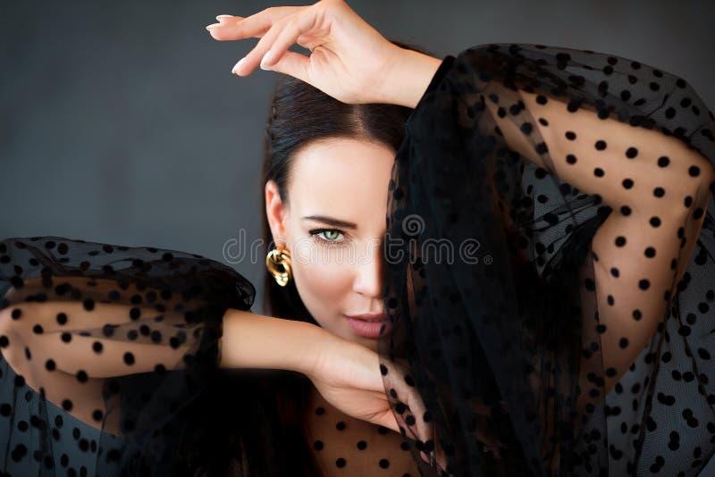 Stående av den härliga sinnliga brunettkvinnan med gröna ögon se f?r kameraflicka Sk?nhetfoto arkivbilder