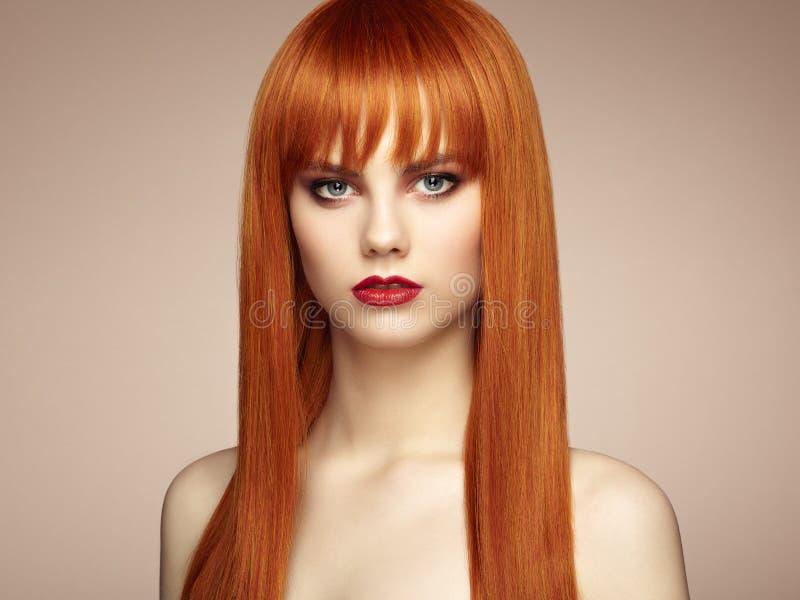 Stående av den härliga sinnliga kvinnan med den eleganta frisyren arkivbild