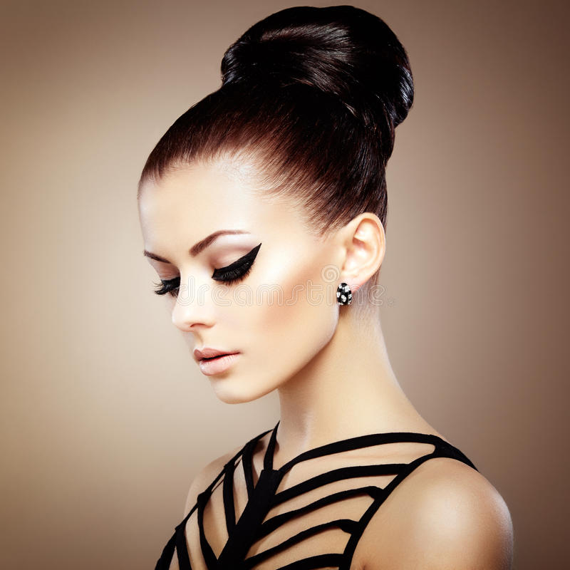 Stående av den härliga sinnliga kvinnan med den eleganta frisyren.  Per arkivfoto