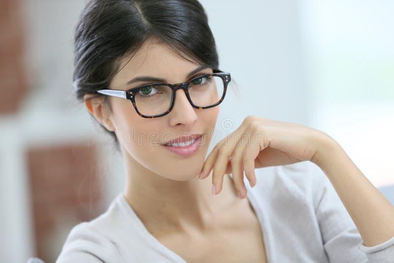 Stående av den härliga smarta unga kvinnan med glasögon på royaltyfria foton