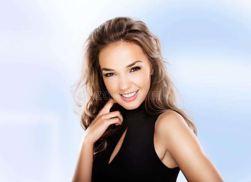 Stående av den härliga smileykvinnan på blå bakgrund fotografering för bildbyråer