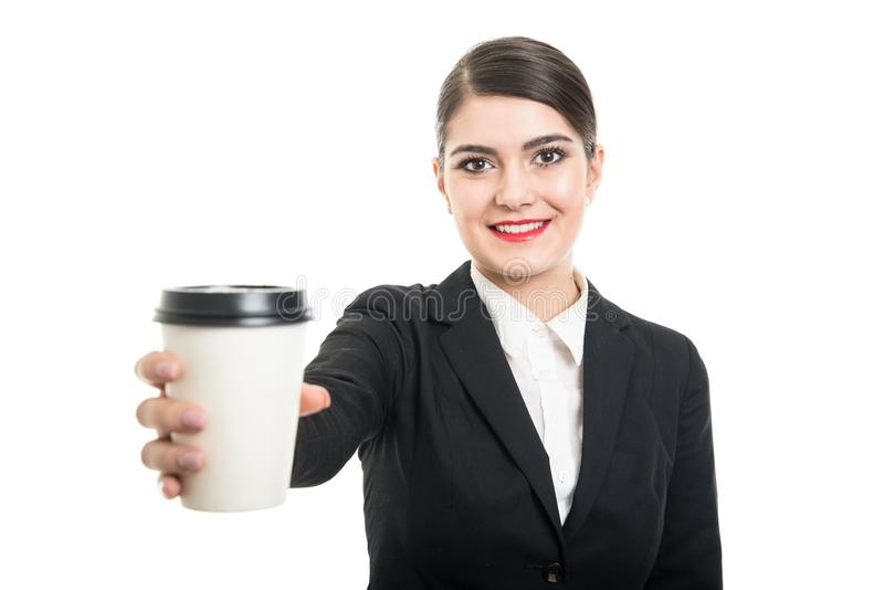 Stående av den härliga stewardessen som erbjuder den takeaway kaffekoppen fotografering för bildbyråer