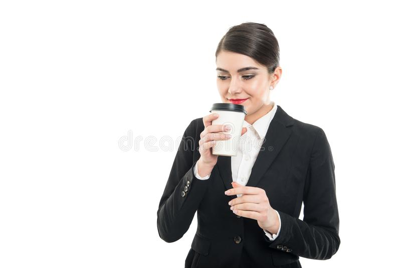 Stående av den härliga stewardessen som luktar den takeaway kaffekoppen fotografering för bildbyråer