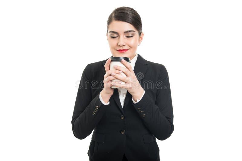 Stående av den härliga stewardessen som luktar den takeaway kaffekoppen arkivfoto