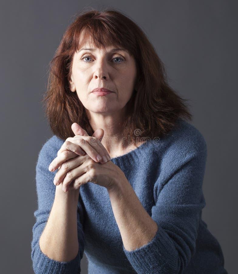 Stående av den härliga 50-talkvinnan som ser fridfull arkivfoto