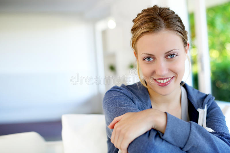 Stående av den härliga tonåriga flickan som hemma kopplar av arkivfoto