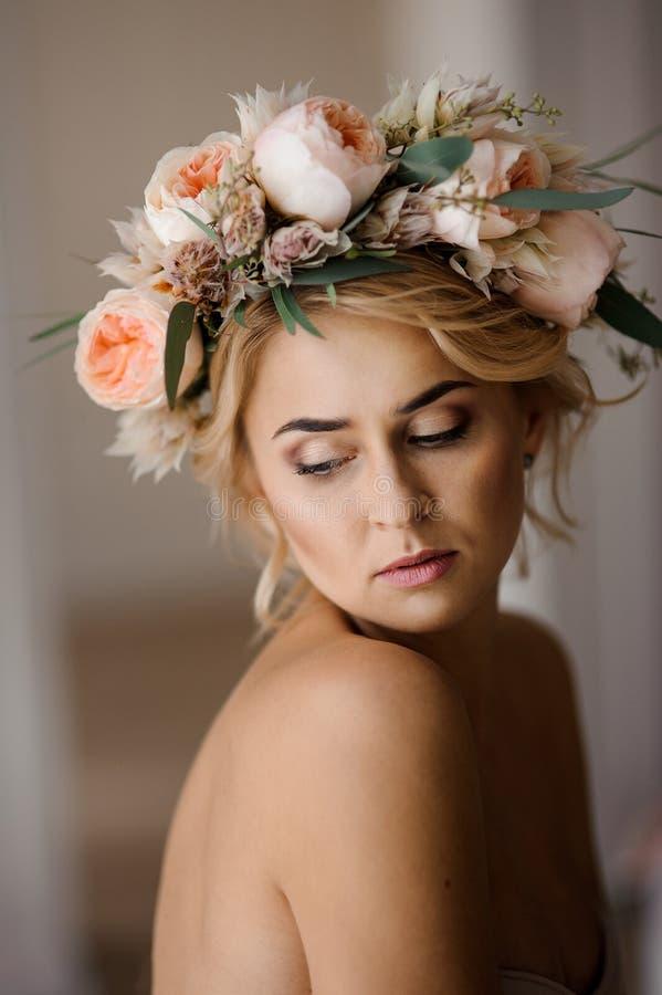Stående av den härliga topless blonda kvinnan i en blom- krans med stängda ögon fotografering för bildbyråer
