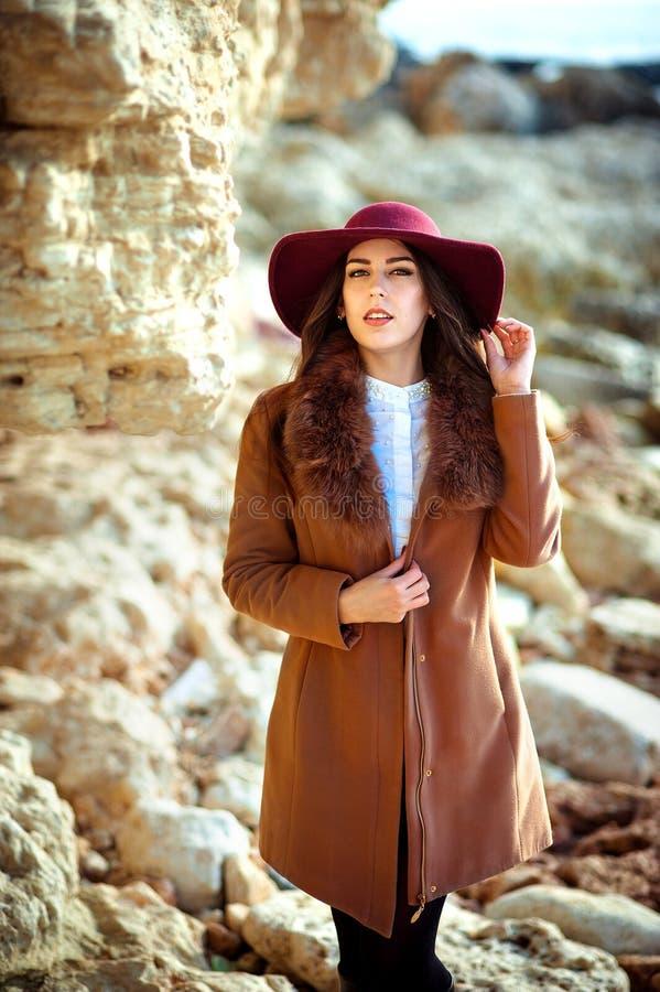 Stående av den härliga trendiga flickan i en hatt som är utomhus- på solig vårdag arkivfoton