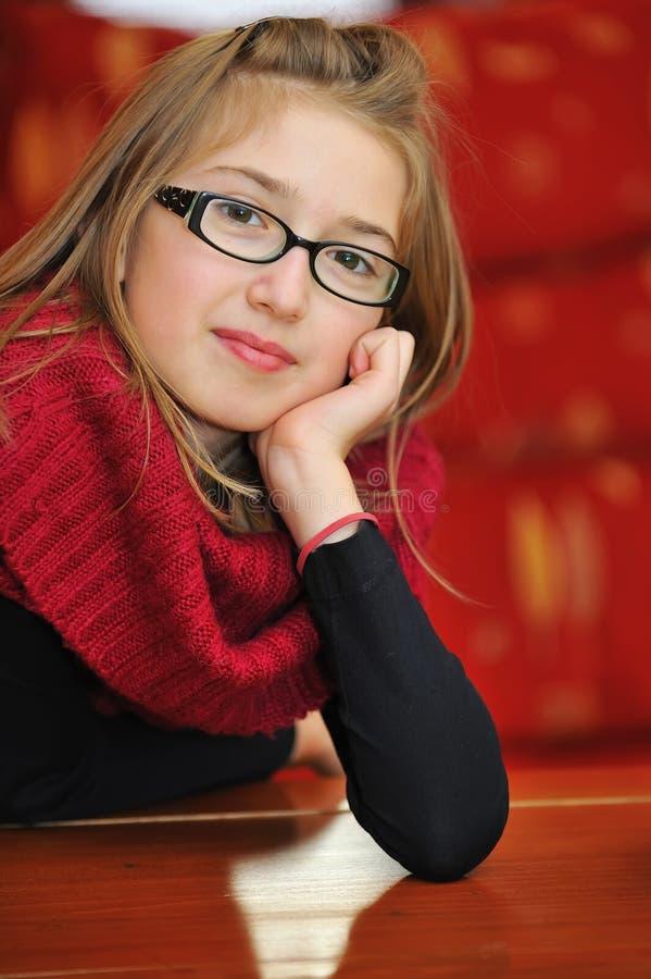 Stående av den härliga ung flicka royaltyfri foto