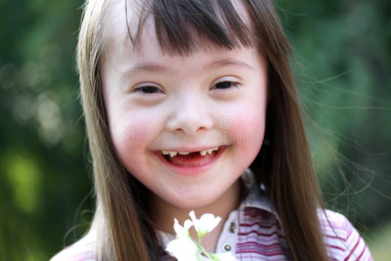 Stående av den härliga ung flicka med blommor arkivbild