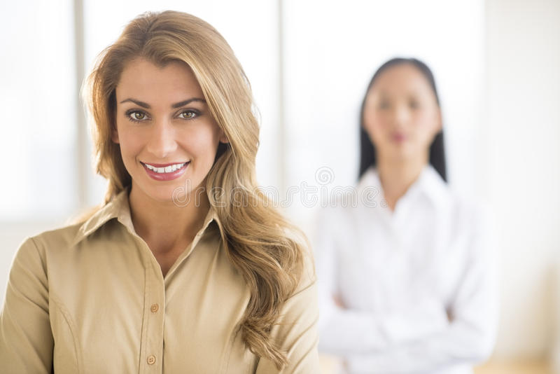 Stående av den härliga unga affärskvinnan At Office arkivbilder