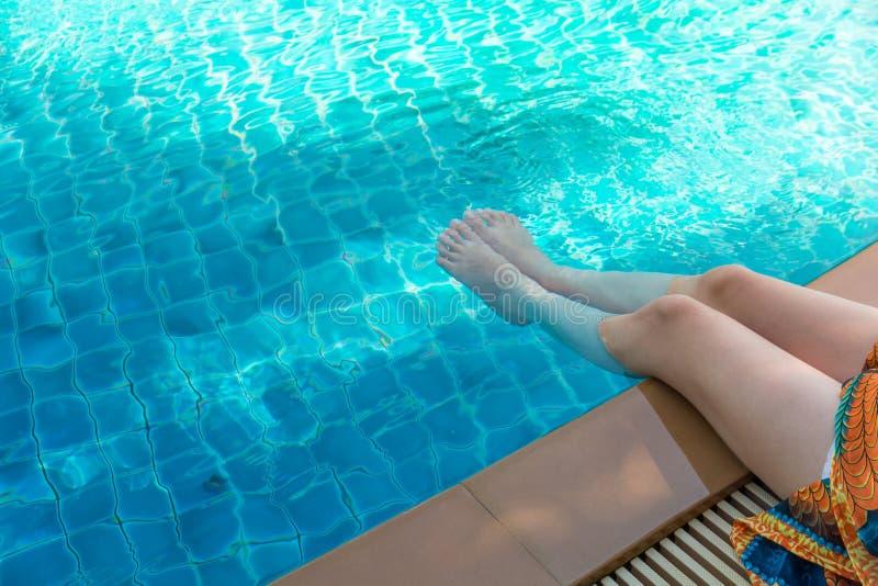 Stående av den härliga unga asiatiska kvinnan som kopplar av sommarsemester på simbassängen, gullig tonårs- flicka för att  arkivfoto