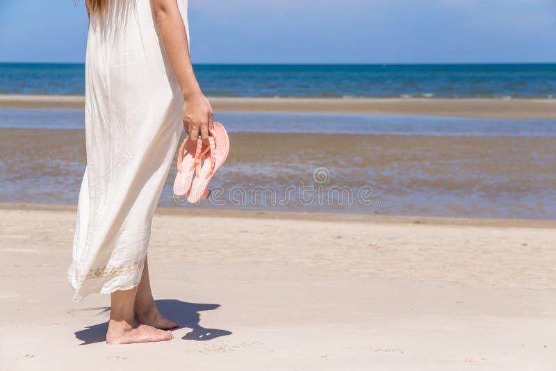 Stående av den härliga unga asiatiska kvinnan som kopplar av sommarsemester på stranden, gullig tonårs- flicka på havet royaltyfri bild