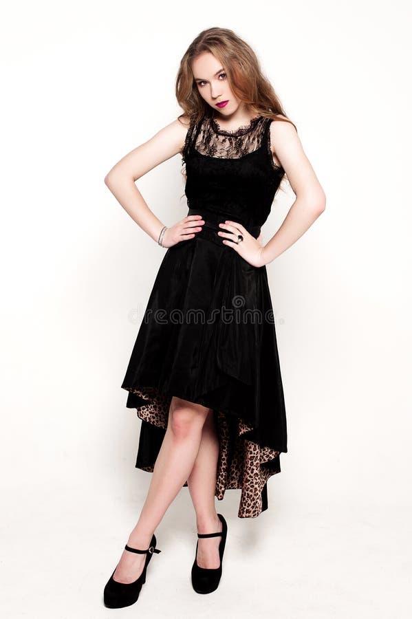 Stående av den härliga unga blonda flickan i svart klänning royaltyfria foton