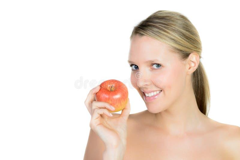 Stående av den härliga unga blonda kvinnan med den rena framsidan och appl arkivfoton