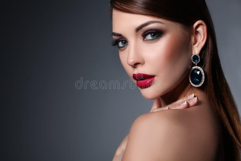 Stående av den härliga unga brunettkvinnan i öra fotografering för bildbyråer