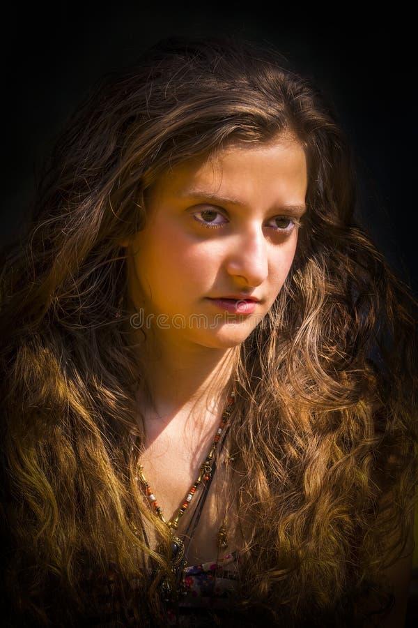 Stående av den härliga unga europeiska flickan med guld- hår royaltyfria bilder