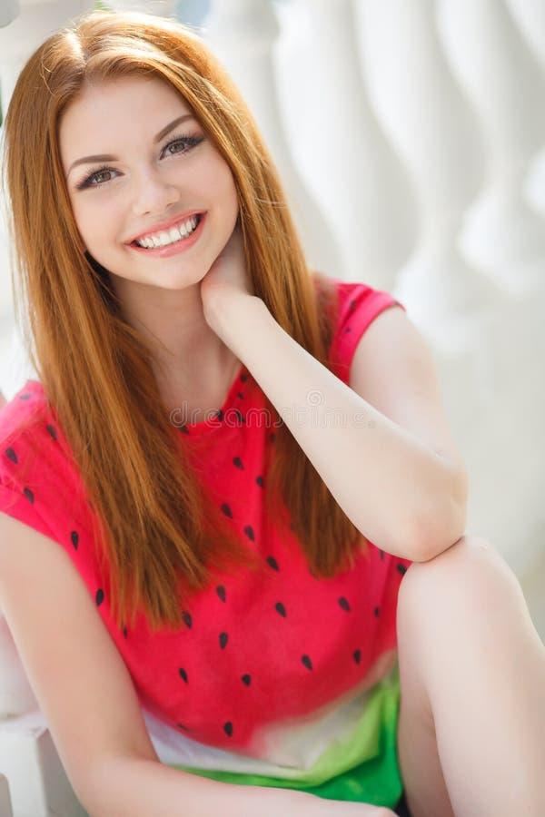 Stående av den härliga unga flickan med ursnyggt rött hår fotografering för bildbyråer