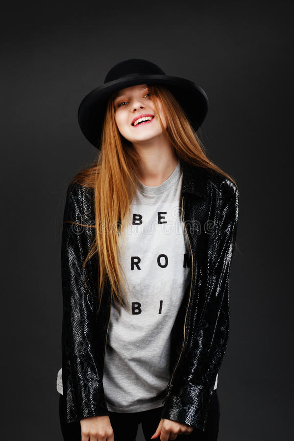 Stående av den härliga unga flickan som bär den svarta filthatten och leat royaltyfri fotografi