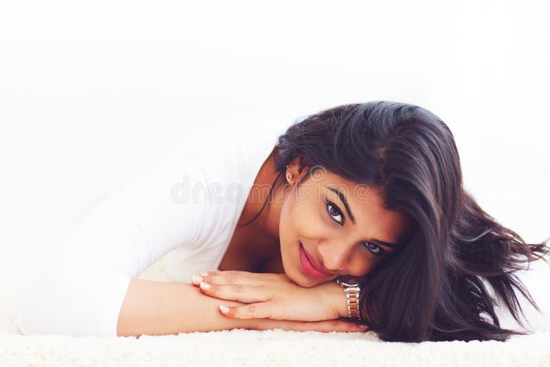 Stående av den härliga unga indiska kvinnan på matta royaltyfri fotografi