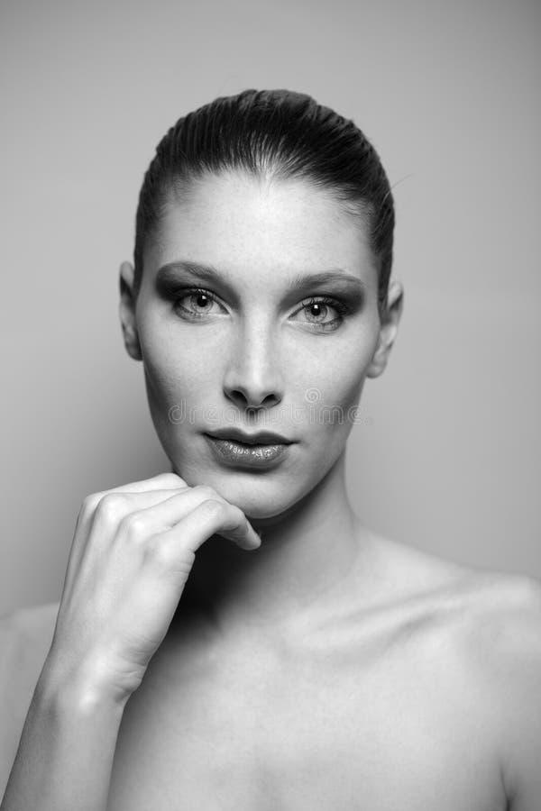 Stående av den härliga unga kvinnan fotografering för bildbyråer