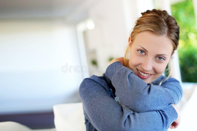 Stående av den härliga unga kvinnan hemma royaltyfria bilder