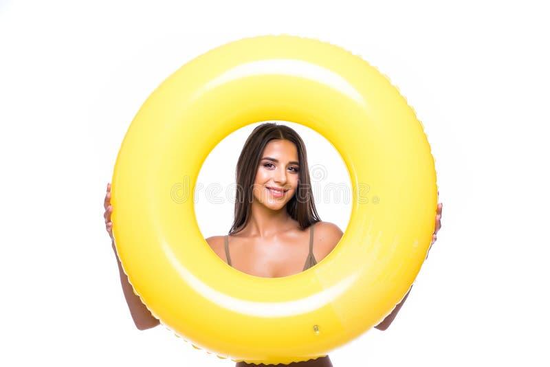 Stående av den härliga unga kvinnan i bikinin som spelar med flötet som isoleras på vit royaltyfria foton
