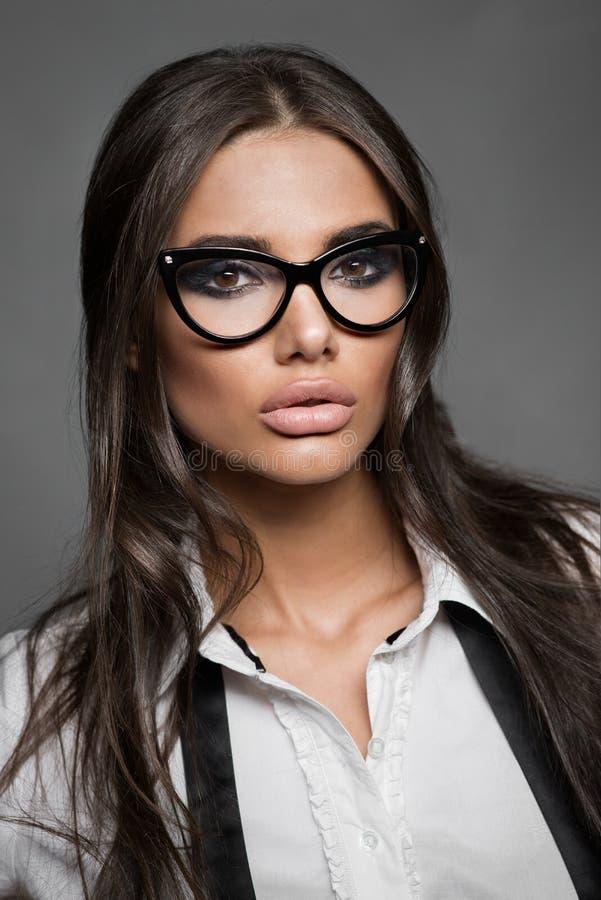 Stående av den härliga unga kvinnan i exponeringsglas arkivfoto