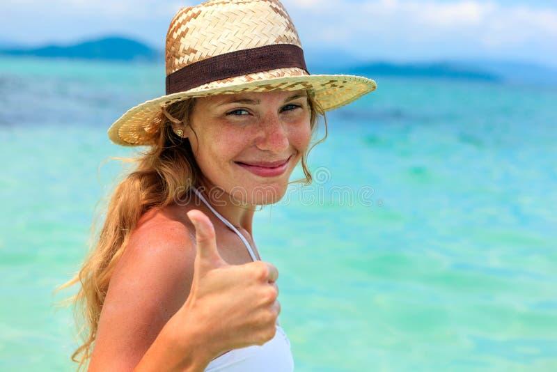 Stående av den härliga unga kvinnan i hatt   arkivfoto