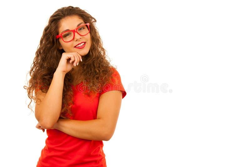 Stående av den härliga unga kvinnan i röd t-skjorta och kortslutningar som isoleras över vit bakgrund fotografering för bildbyråer