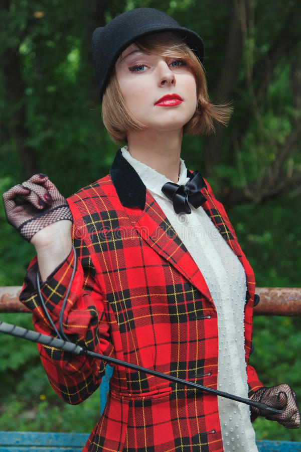 Stående av den härliga unga kvinnan i skicklig ryttarinnadräkt i skog arkivfoton