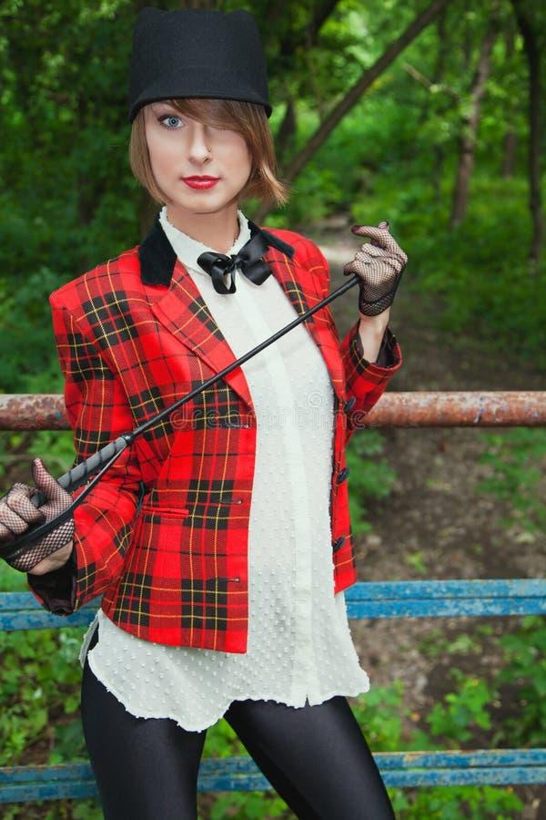 Stående av den härliga unga kvinnan i skicklig ryttarinnadräkt i skog royaltyfria foton