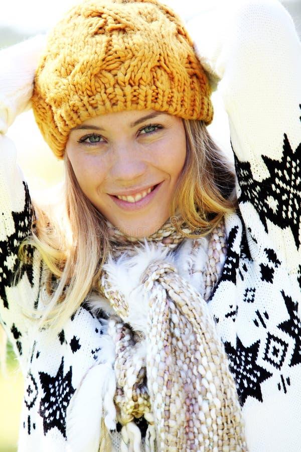 Stående av den härliga unga kvinnan i vintersäsong arkivfoton