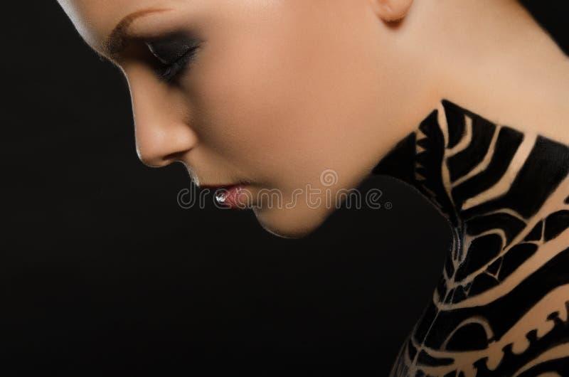 Stående av den härliga unga kvinnan, konst för svart kropp arkivfoto
