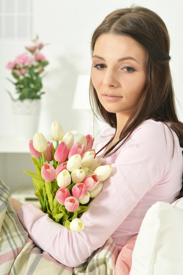 Stående av den härliga unga kvinnan med buketten av blommor royaltyfri fotografi