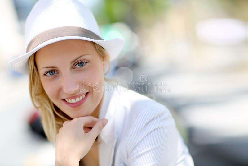 Stående av den härliga unga kvinnan med den vita hatten royaltyfri foto