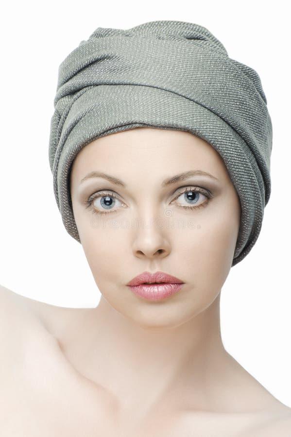 Stående av den härliga unga kvinnan med en halsduk på hennes huvud royaltyfri foto