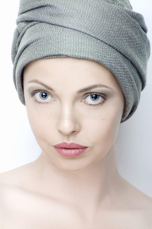 Stående av den härliga unga kvinnan med en turban på hennes huvud arkivfoto
