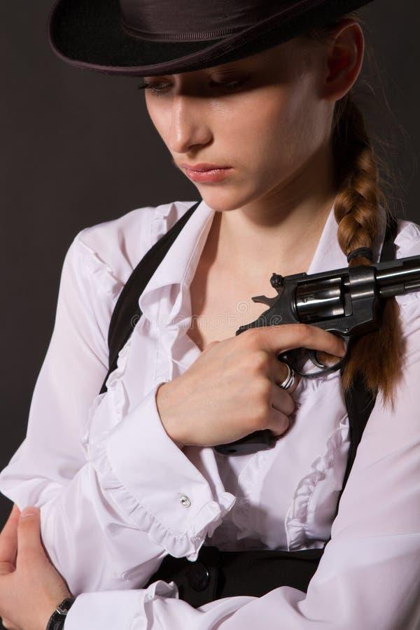 Stående av den härliga unga kvinnan med ett vapen. royaltyfri fotografi