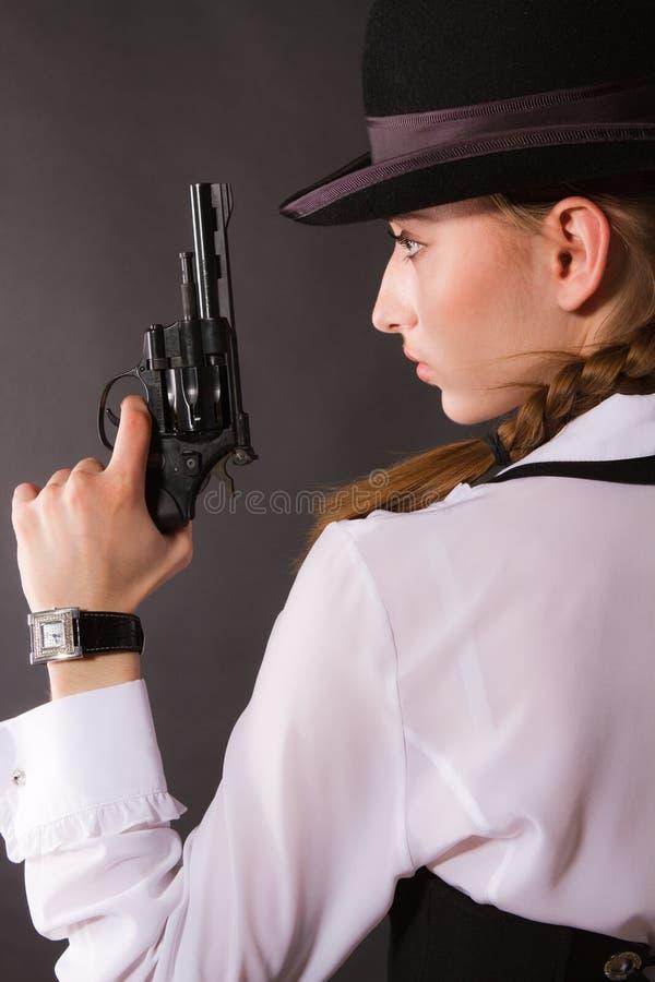 Stående av den härliga unga kvinnan med ett vapen. arkivfoton
