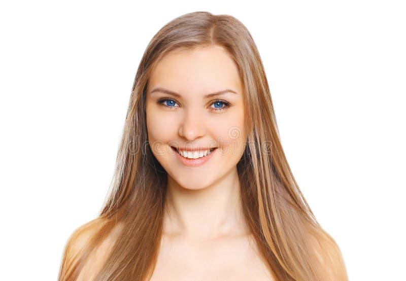 Stående av den härliga unga kvinnan med gulligt leende royaltyfri bild