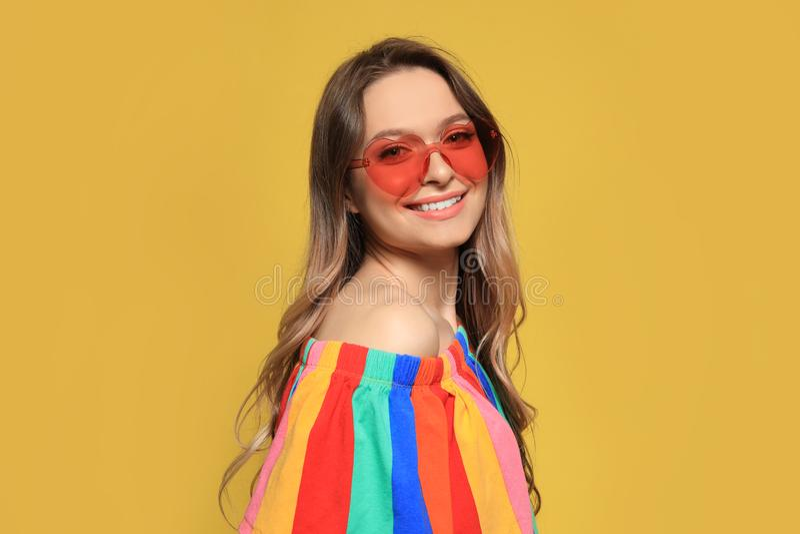 Rosa Hjärta Formade Solglasögon På En Gul Bakgrund