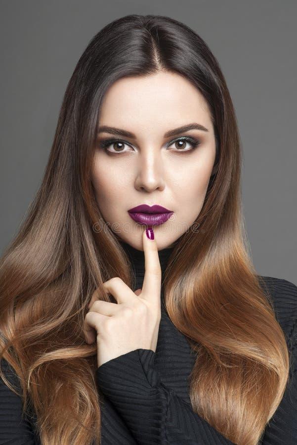 Stående av den härliga unga kvinnan med idérik makeup med skenbenet royaltyfri fotografi