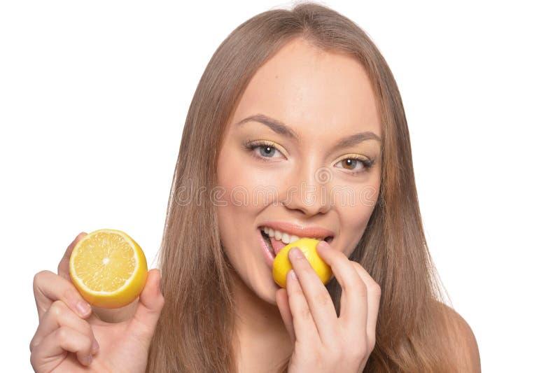 Stående av den härliga unga kvinnan med den isolerade citronen arkivbild