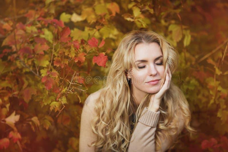 Stående av den härliga unga kvinnan med melankoliskt i höst royaltyfri foto