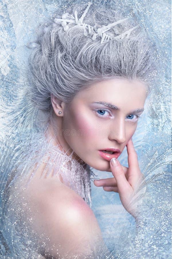 Stående av den härliga unga kvinnan med silverjulbollar Fantasiflickastående Vinterfestående Ung kvinna med konstnärligt smink fö arkivbilder