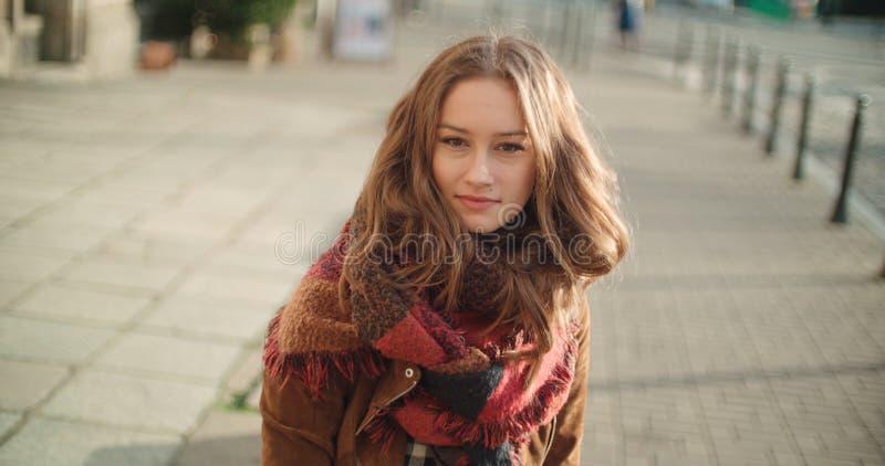 Stående av den härliga unga kvinnan som ler till en kamera arkivbild